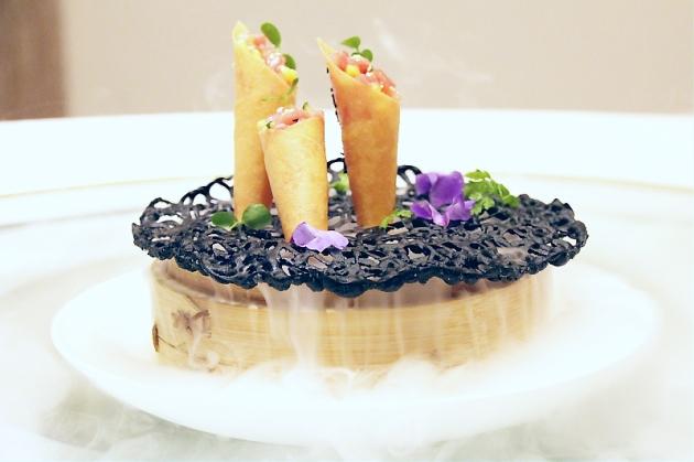 菜單沒有的Tuna Sasa,乾冰與墨魚汁做的網架十分逗趣。