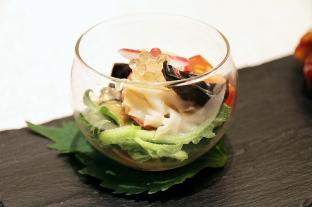 菜單沒有的Tuna Sasa,乾冰與墨魚汁做的網架十分逗趣。 義大利松露黑醋小木耳拌冰菜,爽脆開胃。
