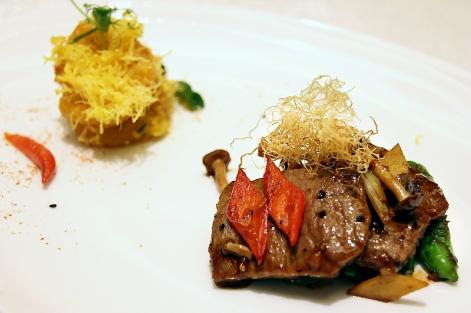 蒜香靈芝菇炒安格斯牛柳,醬濃肉嫩。