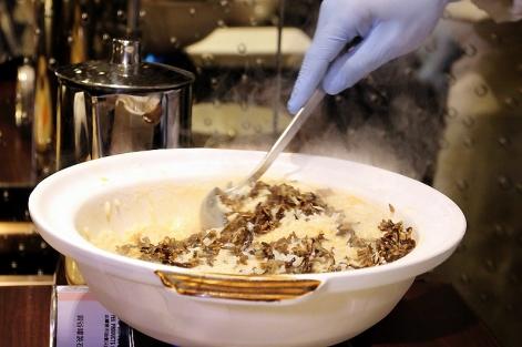 由主廚親自拌炒的「脆野米濃蝦湯鮮蟹肉帶子泡飯」,鮮香Q脆。