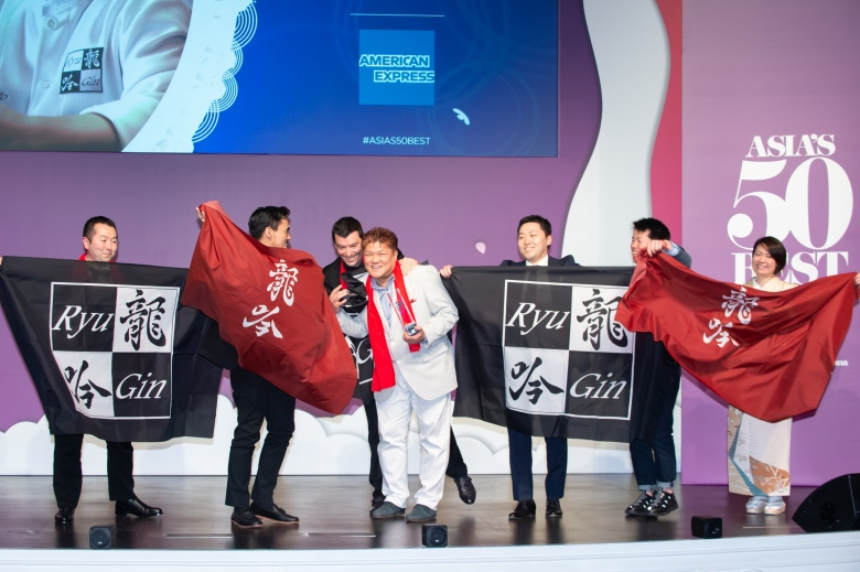 Seiji Yamamoto, winner of the American Express Icon Award, with his team from Nihonryori RyuGin and William Quinn, Vice President of Corporate Affairs and Communications for Asia and Australia, American Express
