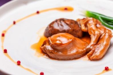 中東鮑魚拚鵝掌 用老母雞、火腿肉、豬肉、里肌小排煨煮鮑魚約8小時。 (4)