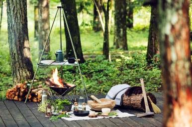 位於赤松樹林間的「雲端露台」提供各式與露營相關的休閒活動,在奢華、舒適與大自然之間找到完美平衡。