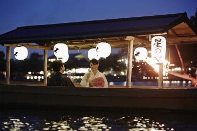 夏季特別活動,提供包船讓住客在船上享用會席料理,聆聽三絃琴聲,觀賞平安時代鵜飼捕魚活動