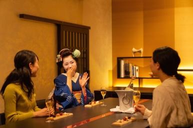 女性賓客專屬沙龍活動,與舞伎面對面品酒聊天,體驗京都花街風情。