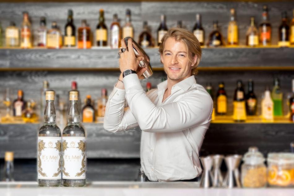 法比歐大秀調酒實力帥氣演繹調酒師角色