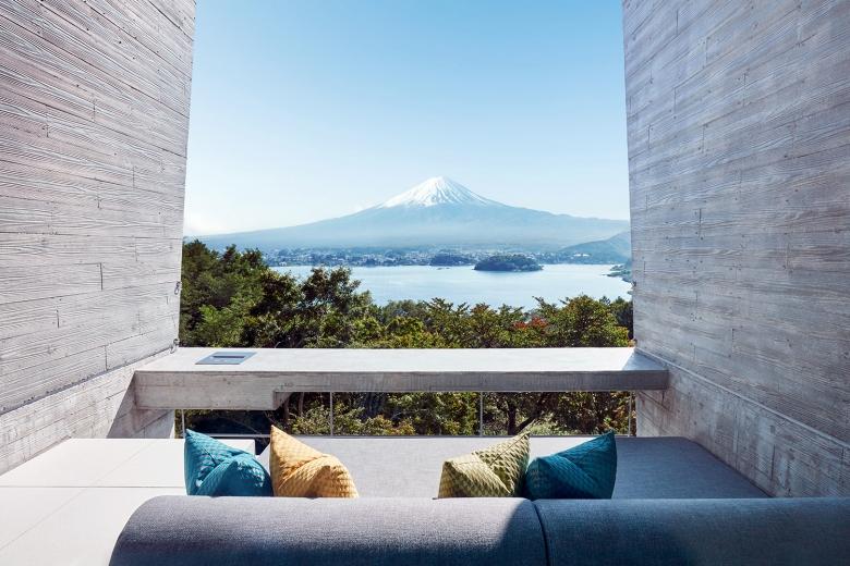 窗景框住富士山景,它就是一幅真實的秀麗風景畫。