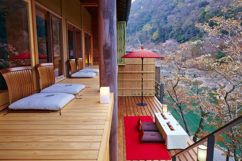 虹夕諾雅京都特有的空中茶室,以山中的水平視角眺望嵐山風光與大堰川河水,深刻享受四季的美景盛宴。