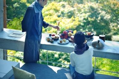 可以選擇在營地中享受各式新鮮美味的菜餚,或在舒適客房陽台上,由專人送餐服務,感受靜謐用餐時光。