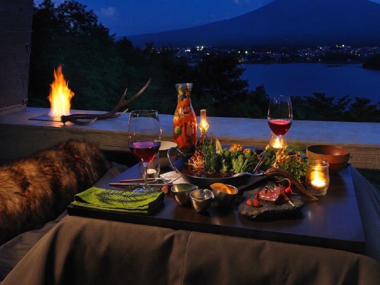 露台客廳擺放著木柴爐。在木柴爐柔和火光營造的溫暖空間,享受專屬用餐與夜晚談心時光。 (1)