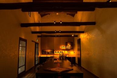 虹夕諾雅京都的每一個角落,都充滿了京都的傳統建築風格和其輝煌歷史。圖為 Salon Bar KURA。