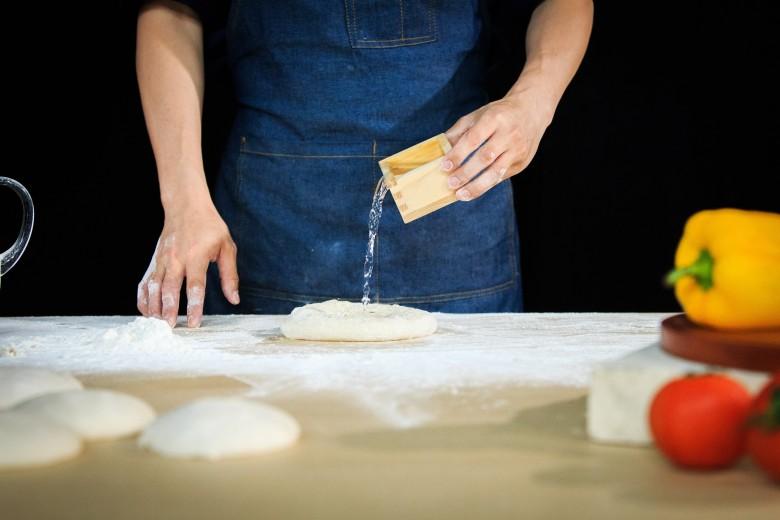 獨家採用溫泉水製作Pizza麵團,端作出富嚼勁的拿坡里Pizza