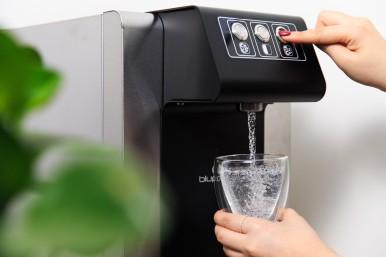 落實減塑愛地球,無寶特瓶裝水,讓旅程更加無痕!樓層提供義大利進口綠能飲水機,供應氣泡水,泡湯後喝十足暢快!