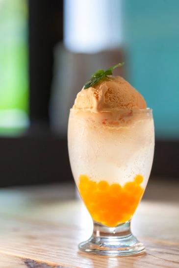趣淘漫旅以在地食材如芒果、梅子等製作各式清涼甜品。