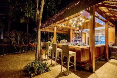 夜晚叢林裡的小酒吧