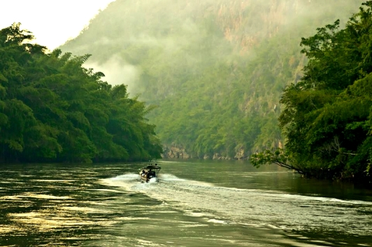 前往 River Kwai Resotel 必須搭乘飯店提供的接駁小船