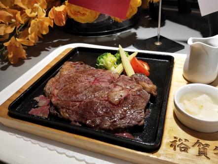 懶得自己動手料理,亦可直接現點排餐享用。
