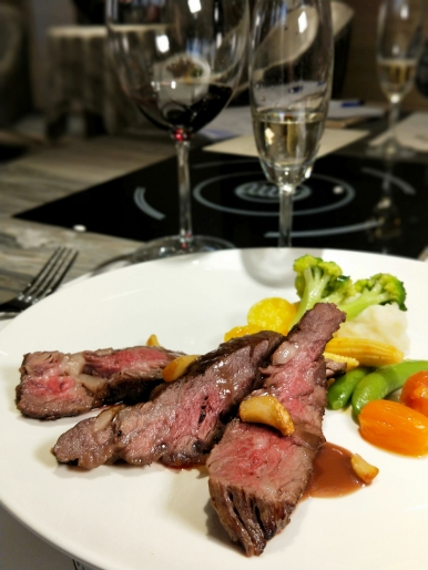 頂級包廂餐廳提供各式牛排套餐,圖為肋眼牛排。