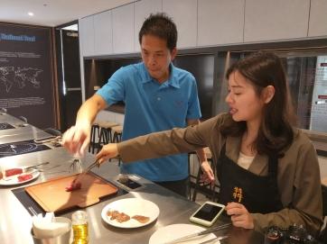在專人指導下烹調出口感最佳的牛肉