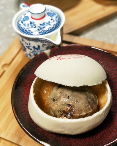 澎餅內是哈根達斯冰淇淋,乍看彷彿包子內的肉餡,端上桌時總為客人帶來驚喜。