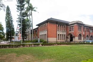 府後停車場打造兩座耐候鋼瞭望平台,透過平台建置,增添市民朋友休憩空間的趣味性,也能觀賞近百年歷史的新竹州廳及新竹美術館。
