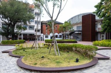 幸福廣場藉重複交錯圓弧排列,構成複合結構,除軟化磚體四方剛性,也提升古樸美觀,質感上呼應州廳、美術館,砌法上嘗試塑造流動意象,以圓形線條軟化周邊都市空間。