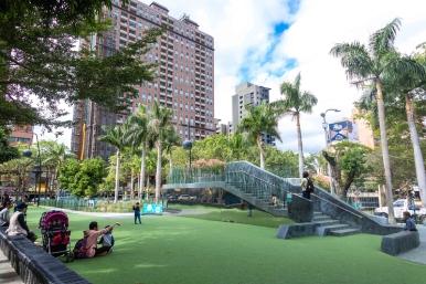 隆恩圳親水空間,在圳道上方蓋起了平台,行人可以步行於上,感受城市綠廊,平台也將過去被圳道分割的街區連結起來,還設計小朋友會玩到失心瘋的磨石子溜滑梯。