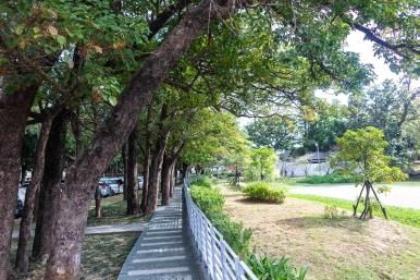 新竹公園拆除高聳圍牆,設置外環人行步道。