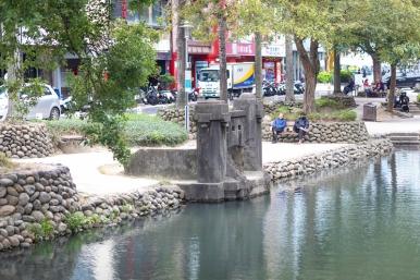 東門護城河橋墩遺址,含括了清代、日治時代與戰後興築的構造物。
