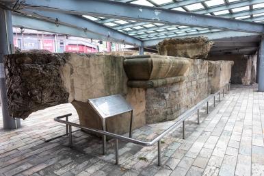 東門城廣場美化工程施工過程中,在挖掘護城河河段時,意外發現的清代橋墩-船首石。