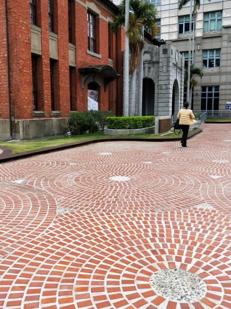 幸福廣場地面使用弧狀砌法,一塊塊直放並採環狀排列,彷彿像在製作公共藝術品。