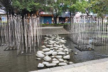 護城河河畔中間設有「飛石」,踩著飛石跨過河道,拉近人與自然環境的距離。