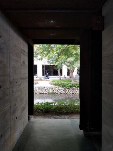 位在新竹市護城河畔的景觀公廁,配合河邊與幸福廣場等周遭景觀,特別選用耐候鋼材質,設計美感建築物宛如藝術品。