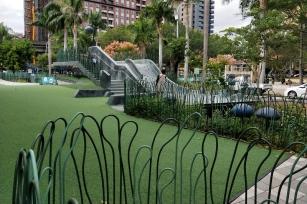 隆恩圳是台灣三大古圳之一,具約300年的歷史,是灌溉城市的重要水脈,市府利用古圳水道、沿岸老樹群,分段營造高架綠地、濃密樹林、公園遊戲場,南北向串起中央公園、三民公園、三民國中等,水圳兩側則串起大街小巷,成為770公尺長的超大都市綠廊。