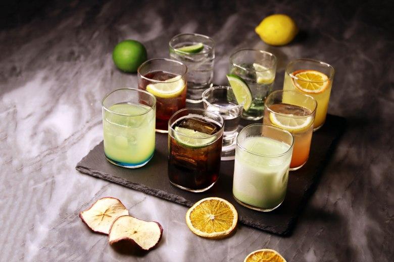 台北中山希爾頓逸林酒店以所在的條通商圈為發想,推出「酒條通調酒盤」