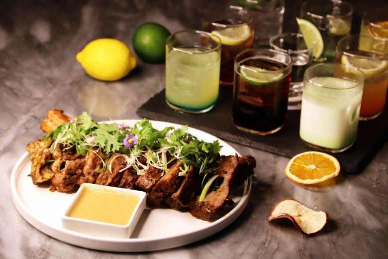 台北中山希爾頓逸林酒店推出「酒食逸林組合」,品味10oz帶骨牛小排+酒條通調酒盤只要$1699