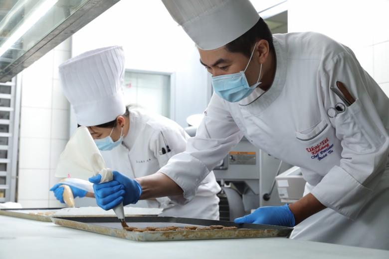 新聞照片_晶英國際行館西點主廚凃彥緯領軍團隊研發Silks Club獨家餅乾禮盒,每一顆餅乾都由西點廚藝團隊的師傅手工擠花造型 01