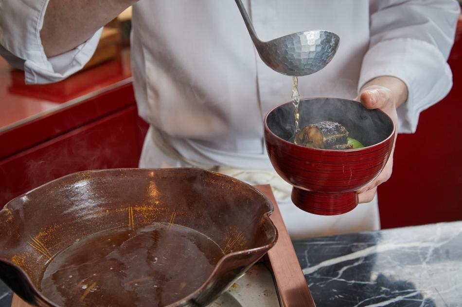 Ukai懷石料理3_UKAI的懷石料理結合割烹特色,由料理長於桌邊演繹精湛廚藝。(001)