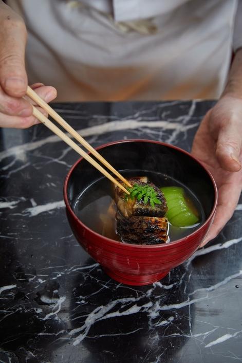 搭配由柴魚、飛魚熬製而成的琥珀色高湯,精心製成味道清爽不膩口的《鰻魚鍋物》,緩解夏季的燥熱之氣。