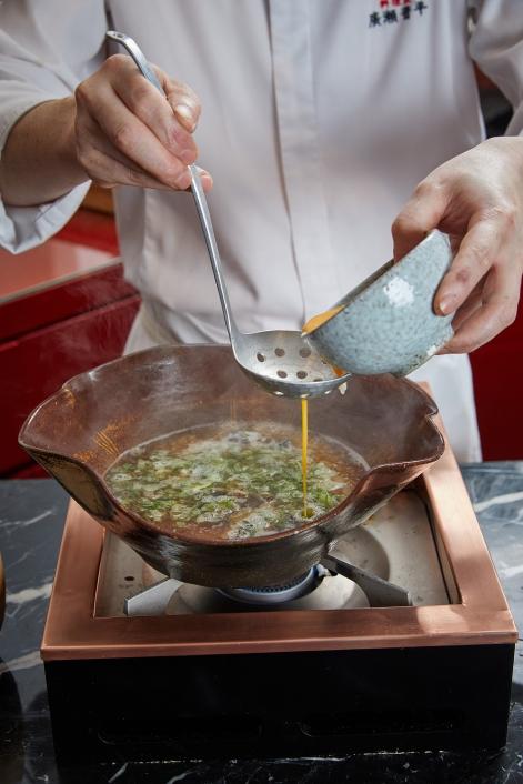 《鰻魚雜炊》選用米粒飽滿、扎實的山形輝映米,悶煮後加入鰻魚湯中吸收湯頭鮮甜,啜上一口溫潤醇香,在脾胃暖和中療癒身心。