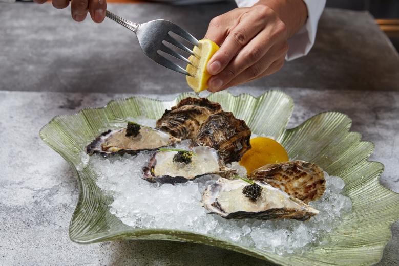 Ukai鐵板燒1_「岩生蠔晶凍佐魚子醬」以昆布熬煮高湯製成晶凍,覆於北海道厚岸町所產的生蠔之上,點綴頂級魚子醬及現擠的新鮮檸檬。(001)
