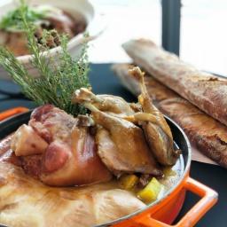 南法卡蘇來燉鍋:相較於中式燉煮手法,主廚也將南法經典慢燉菜加入餐檯。為求食材的風味,還需至少三天製作時間,先將鴨腿與香料醃製一天後再將鴨腿油封的方式以低溫烘烤約6到8小時至骨肉分離的熟度。以南法燉鍋的道地料理,依序加入了豬腳、臘腸、鴨腿及白豆一起燉煮約4小時,不僅吃到料理的豐富食材,主廚更透漏白豆吸取了這道料理精華湯汁,光吃白豆就能吃出整道料理的完整風味。