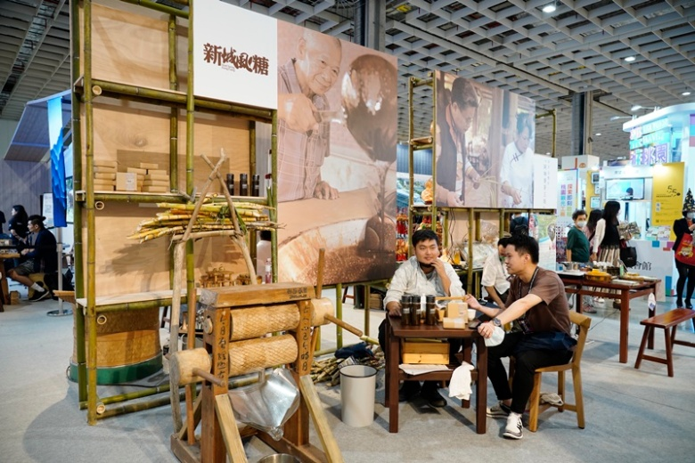 客委會利用竹製機具和原木桌椅組打造泡茶體驗空間
